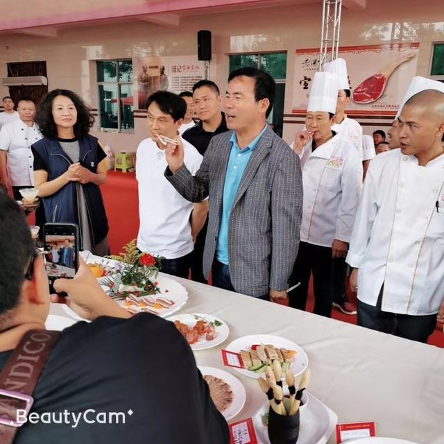 浦恩勇董事长参与美食品尝点评