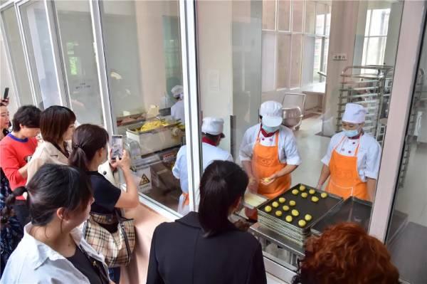 客户代表考察亚搏视频下载月饼生产线