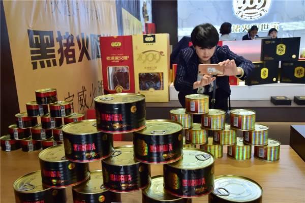 客户代表考察黑猪罐头系列产品